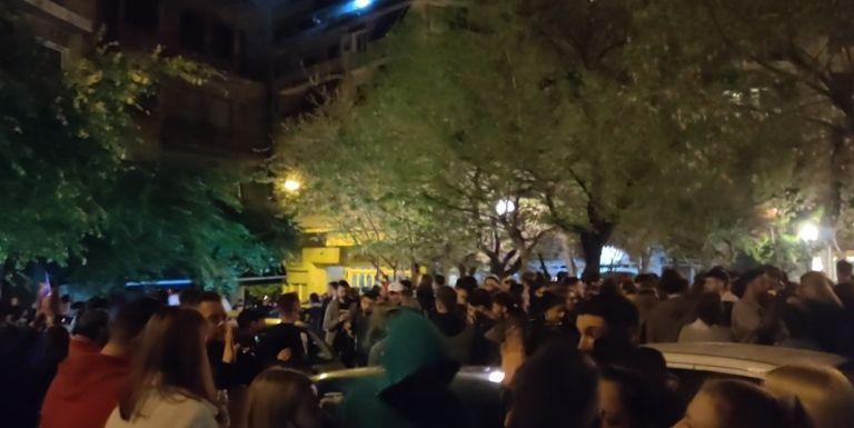 Άλλη μια νύχτα συνωστισμού και κορονοπάρτι στο Περιστέρι