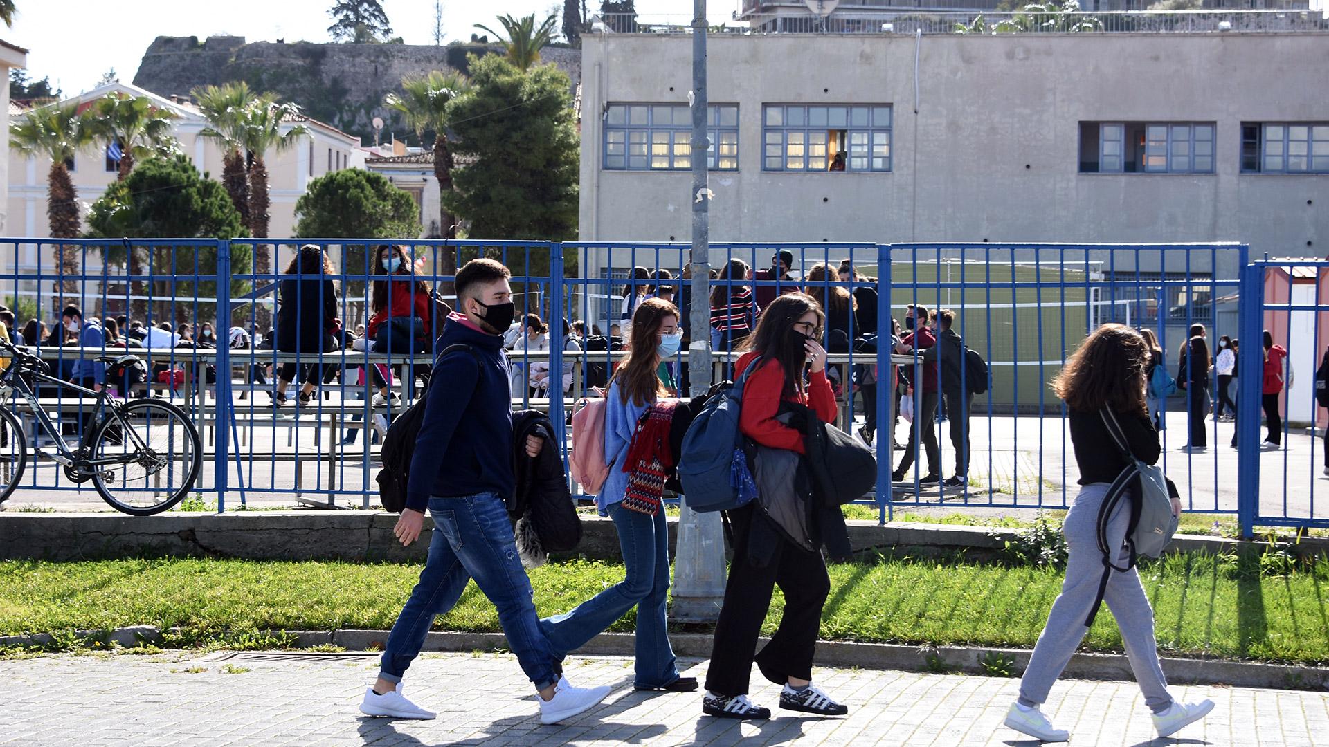 Με δύο self test την εβδομάδα η επιστροφή μαθητών στα Λύκεια στις 12/4 – Τα σενάρια για Γυμνάσια και Δημοτικά