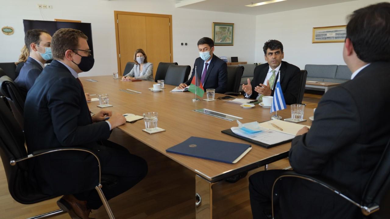 Οι εθελούσιες και αναγκαστικές επιστροφές μεταναστών στο επίκεντρο συνάντησης Μηταράκη – Αφγανού πρέσβη