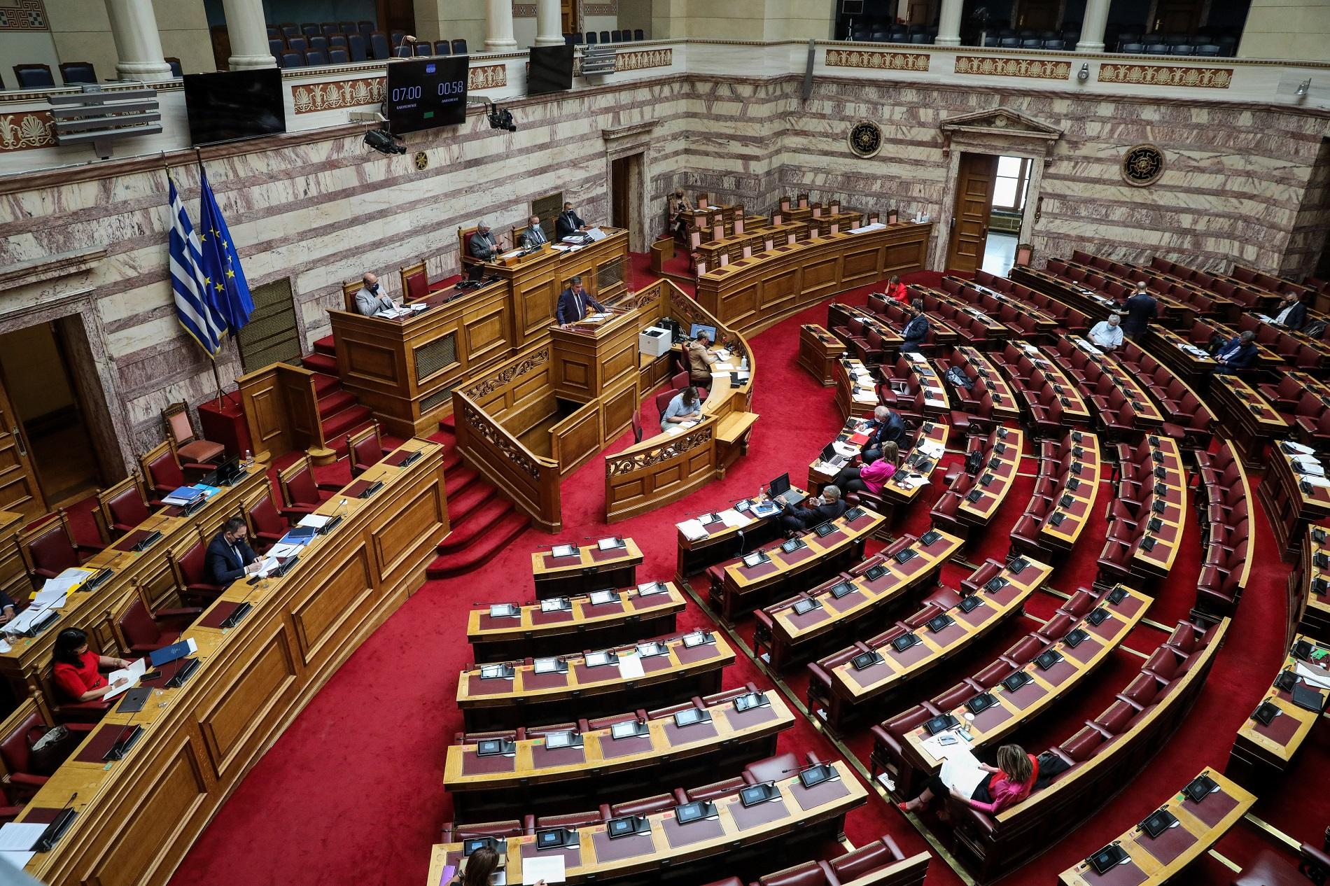 Συζήτηση εργασιακού ν/σ στη Βουλή: Τι λένε ΑΔΕΔΥ, ΕΚΑ και Πολύτεκνοι