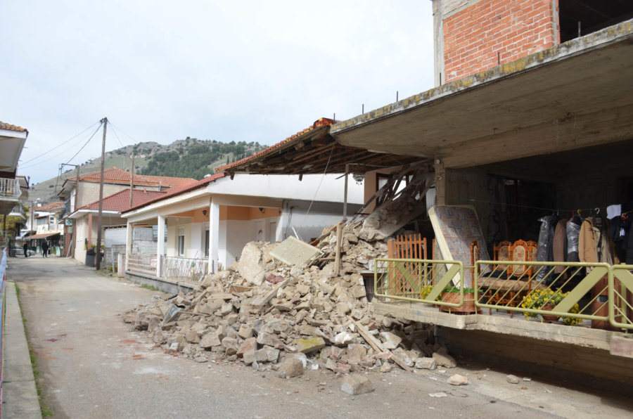 Σεισμός: Γκρεμίζονται τα πρώτα μη κατοικήσιμα σπίτια στον Δήμο Ελασσόνας