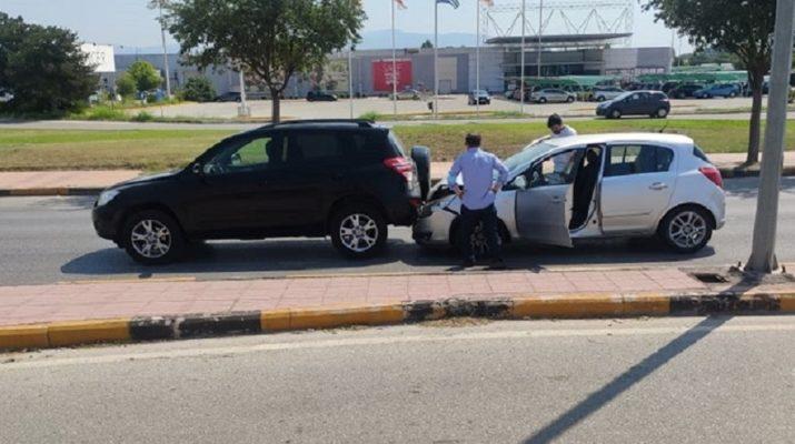 Τροχαίο με σύγκρουση αυτοκινήτων έξω από τη Γιάννουλη (ΦΩΤΟ)