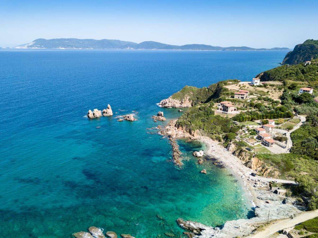 Βουτάμε στις ομορφότερες παραλίες του Πηλίου με τα κρυστάλλινα τυρκουάζ νερά
