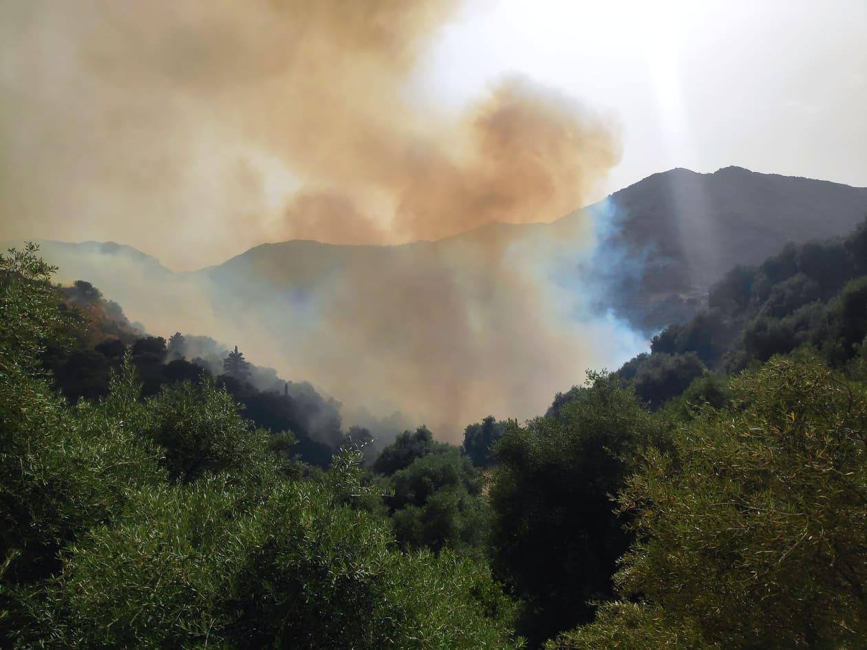 Σε μερική ύφεση η φωτιά στο Κακοδίκι Σελίνου: Εκκενώθηκαν οικισμοί – Κάηκαν περιουσίες (video)