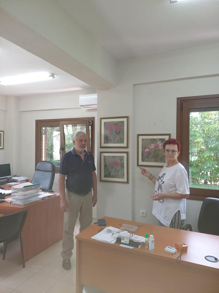 Λαρισαία ζωγράφος προσέφερε έργα της στην Υπηρεσία Πρασίνου του Δ. Λαρισαίων