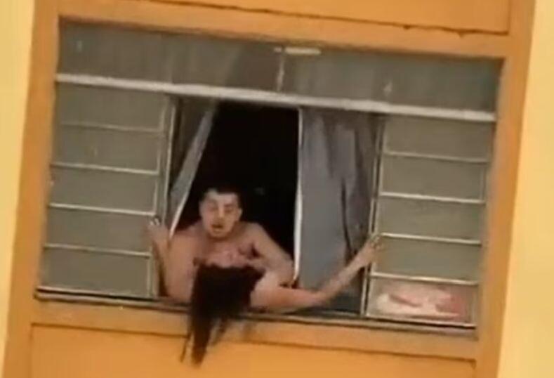 Σοκαριστικό βίντεο: Έγκυος γυναίκα προσπαθεί να πηδήξει από το παράθυρο για να σωθεί από τον άντρα της