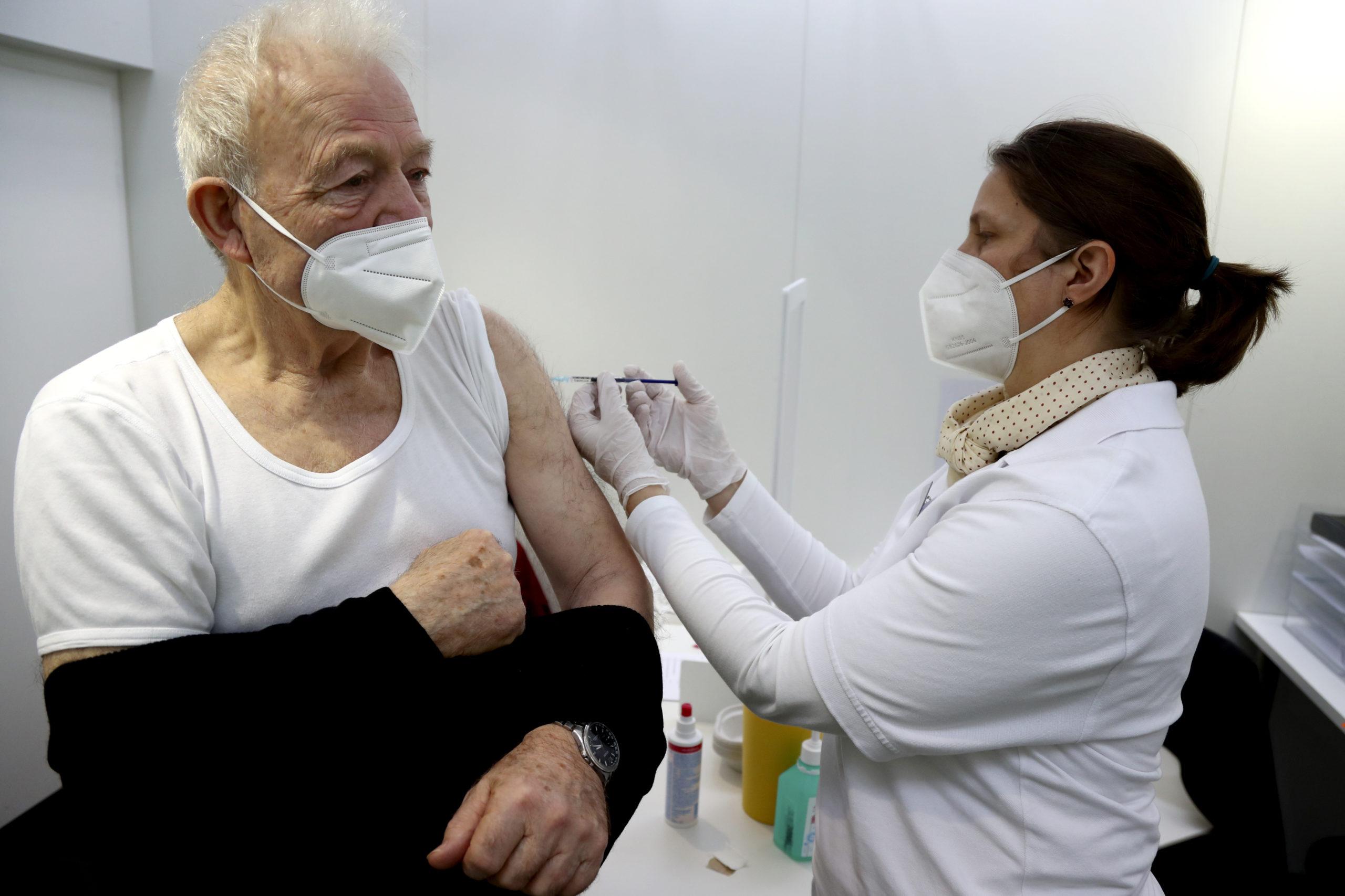 Στις 30/9 ανοίγει η πλατφόρμα για την τρίτη δόση στους άνω των 60 και τους υγειονομικούς (video)